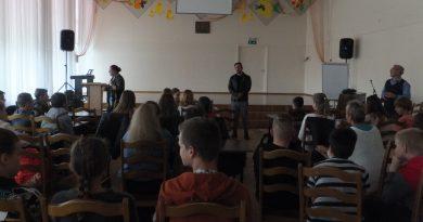 Jaunieši piedalās izzinošā ebreju vēstures diskusijā un ekskursijā